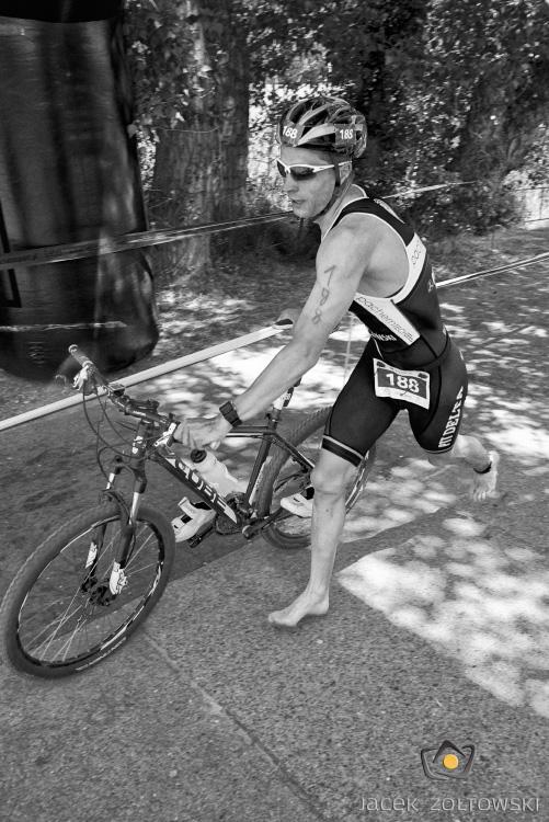 Łukasz Kalaszczyński wybiega z boksu rowerowego, fot. Jacek Żółtowski