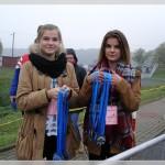Dziewczęta czekają na najmłodszych uczestników biegu
