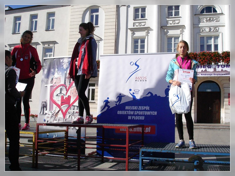 trzecie miejsce podium - Oliwia Dąbrowska (pierwsza z prawej)