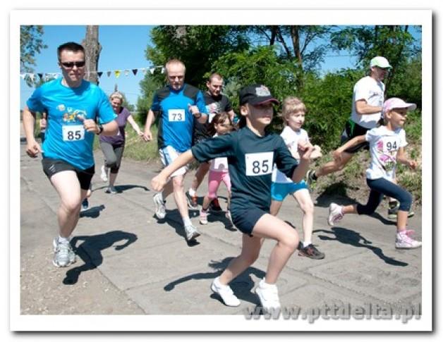 Triathloniści biegają z dziećmi